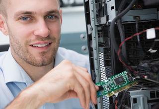 Mitarbeiter rüstet PC mit RAM auf